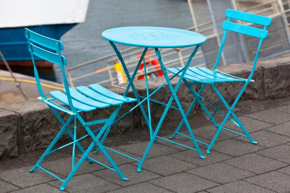Blåt cafebord med stole