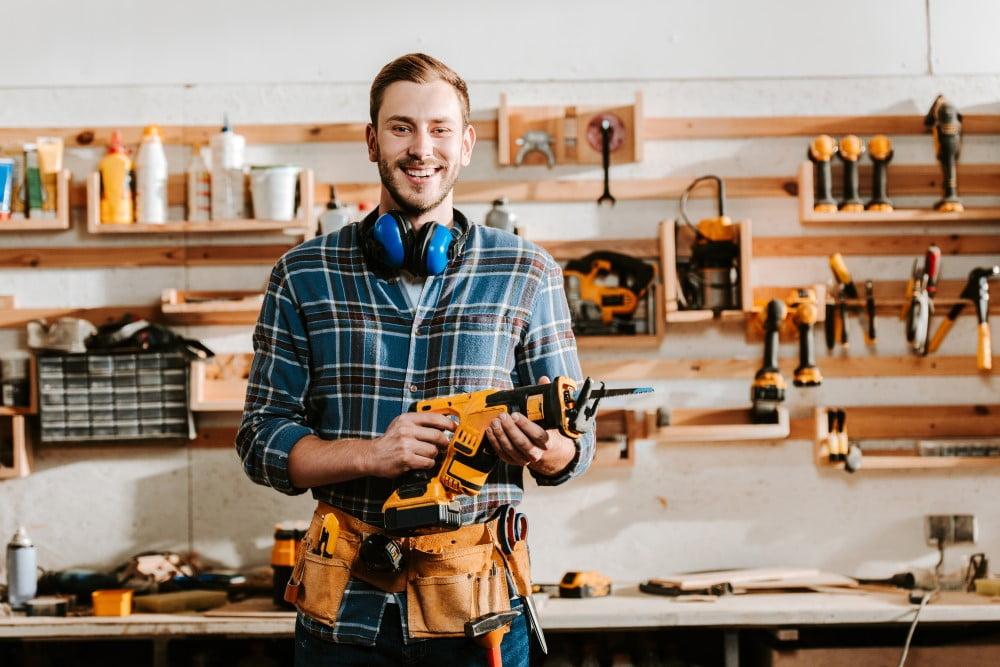 Alt det, du kan lave selv er næsten gratis, men af og til giver det alligevel mening at hyre en professionel håndværker